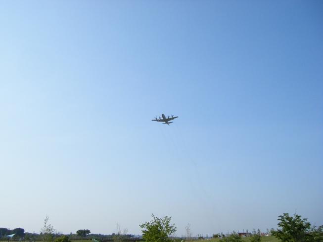 絶えず上空を飛行機が飛び交い、至近距離から見られて迫力がある。戦闘機は速すぎて簡素なデジカメじゃ撮ってもブレブレだった。