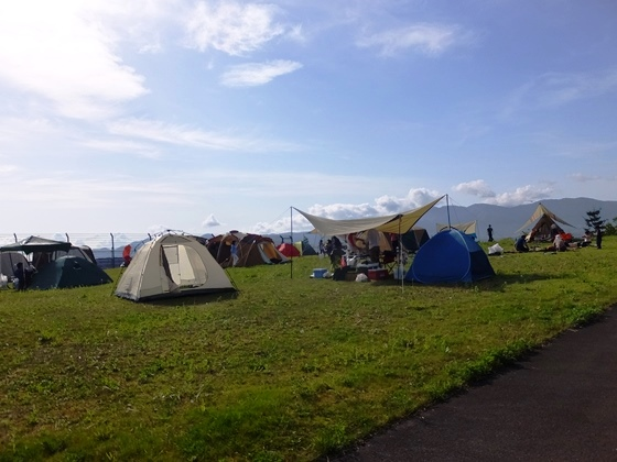 まだまだ隙間があるが、これは予選日の夕方にはテントでびっしり埋め尽くされた。